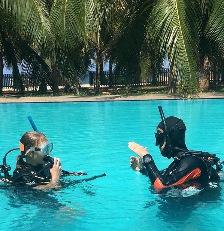 PADI confined water teaching in pool with Divinguru